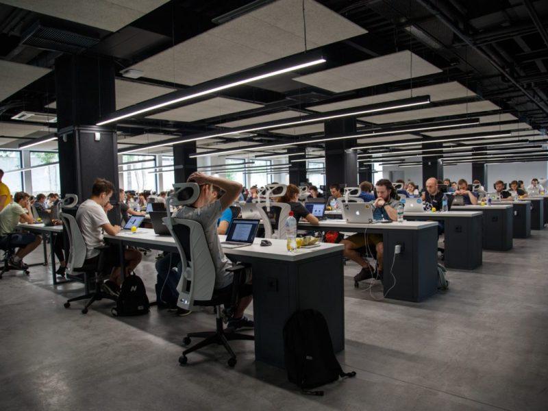 viele Menschen in einem großem Raum mit Computern